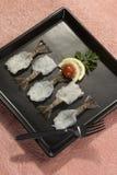 Γαρίδες πεταλούδων με το λεμόνι και την ντομάτα στο μαύρο πιάτο με το ρόδινο υπόβαθρο Στοκ φωτογραφία με δικαίωμα ελεύθερης χρήσης