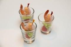Γαρίδες που εξυπηρετούνται με τη σάλτσα κοκτέιλ σε ένα γυαλί miini Στοκ Εικόνα