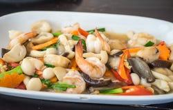 γαρίδες που τηγανίζονται με το διάφορο μανιτάρι Στοκ φωτογραφία με δικαίωμα ελεύθερης χρήσης