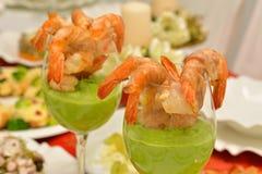 Γαρίδες σε ένα γυαλί με τη σάλτσα μπιζελιών Στοκ εικόνες με δικαίωμα ελεύθερης χρήσης