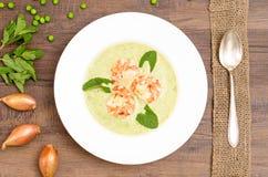 Γαρίδες στη σούπα πράσινων μπιζελιών Στοκ εικόνες με δικαίωμα ελεύθερης χρήσης