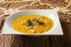 Γαρίδες Bobo - ένα βραζιλιάνο πιάτο των γαρίδων σε έναν καθαρό του γεύματος ταπιόκας και του γάλακτος καρύδων Στοκ εικόνα με δικαίωμα ελεύθερης χρήσης