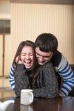 Γαργαλήματα ανδρών η γελώντας γυναίκα Στοκ Εικόνες