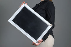 Γαρμένος εκμετάλλευση πίνακας κιμωλίας σερβιτορών στοκ φωτογραφία με δικαίωμα ελεύθερης χρήσης