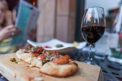 Γαστρονομικά επίπεδα ψωμί και ποτήρι του κόκκινου κρασιού Στοκ εικόνα με δικαίωμα ελεύθερης χρήσης