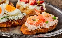 Γαστρονομικά καναπεδάκια γαρίδων στο τυρί κρέμας Στοκ εικόνες με δικαίωμα ελεύθερης χρήσης