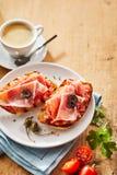 Γαστρονομικά πρόχειρα φαγητά tostada με το ζαμπόν prosciutto Στοκ φωτογραφία με δικαίωμα ελεύθερης χρήσης