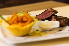 Γαστρονομικά τρόφιμα, βόειο κρέας, σφήνες, άσπρη σάλτσα Στοκ Εικόνες