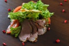 Γαστρονομικά τρόφιμα εστιατορίων - εύγευστο καπνισμένο κρέας, ψάρια και φυτικές σαλάτες Τρόφιμα εστιατορίων ορεκτικών πολυτέλειας Στοκ φωτογραφία με δικαίωμα ελεύθερης χρήσης