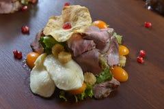 Γαστρονομικά τρόφιμα εστιατορίων - εύγευστο καπνισμένο κρέας, ψάρια και φυτικές σαλάτες Τρόφιμα εστιατορίων ορεκτικών πολυτέλειας Στοκ εικόνα με δικαίωμα ελεύθερης χρήσης