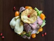 Γαστρονομικά τρόφιμα εστιατορίων - εύγευστο καπνισμένο κρέας, ψάρια και φυτικές σαλάτες Τρόφιμα εστιατορίων ορεκτικών πολυτέλειας Στοκ Εικόνα