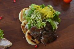 Γαστρονομικά τρόφιμα εστιατορίων - εύγευστο καπνισμένο κρέας, ψάρια και φυτικές σαλάτες Τρόφιμα εστιατορίων ορεκτικών πολυτέλειας Στοκ φωτογραφίες με δικαίωμα ελεύθερης χρήσης