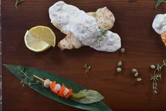 Γαστρονομικά τρόφιμα εστιατορίων - εύγευστο καπνισμένο κρέας, ψάρια και φυτικές σαλάτες Τρόφιμα εστιατορίων ορεκτικών πολυτέλειας Στοκ Εικόνες