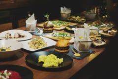 Γαστρονομικά τρόφιμα σε έναν ξύλινο πίνακα Στοκ Φωτογραφίες