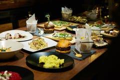 Γαστρονομικά τρόφιμα σε έναν ξύλινο πίνακα Στοκ εικόνες με δικαίωμα ελεύθερης χρήσης