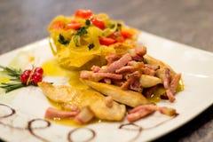 Γαστρονομικά τρόφιμα, ψημένο στη σχάρα κρέας στο steakhouse, κοτόπουλο Στοκ Εικόνες