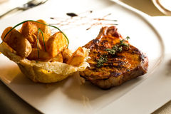 Γαστρονομικά τρόφιμα, ψημένο στη σχάρα κρέας στο steakhouse Στοκ εικόνες με δικαίωμα ελεύθερης χρήσης