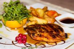 Γαστρονομικά τρόφιμα, ψημένο στη σχάρα στήθος της Τουρκίας Στοκ Φωτογραφία
