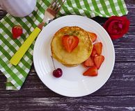 Γαστρονομικές φράουλες επιδορπίων τηγανιτών οι γλυκές, κεράσι, ανθίζουν ορεκτικός ένα ξύλινο υπόβαθρο στοκ εικόνα με δικαίωμα ελεύθερης χρήσης