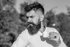 Γαστρονομική έννοια καφέ Το γενειοφόρο άτομο με την κούπα espresso, πίνει τον καφέ Άτομο με τη γενειάδα και mustache στα ακριβή π στοκ εικόνες