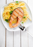 Γαστρονομική κουζίνα θαλασσινών με τον ψημένο στη σχάρα σολομό Στοκ εικόνες με δικαίωμα ελεύθερης χρήσης
