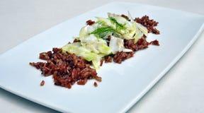 Γαστρονομική κουζίνα: κόκκινη σαλάτα ρυζιού και βακαλάων Στοκ Εικόνες