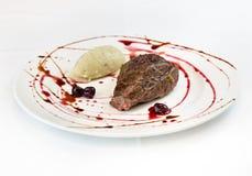 Γαστρονομική κουζίνα, λωρίδα με τις πατάτες και τα βύσσινα Στοκ Εικόνες
