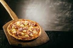 Γαστρονομική νόστιμη ιταλική πίτσα σε μια ξύλινη φλούδα Στοκ φωτογραφίες με δικαίωμα ελεύθερης χρήσης