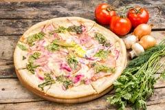 Γαστρονομική πίτσα με τα συστατικά γύρω Στοκ Εικόνα