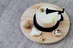 γαστρονομικός Ηλικίας τυρί, κοπή τυριών, λεπτά τσιπ τυριών, ξύλα καρυδιάς στην ξύλινη στάση Τραχύ χειροποίητο υπόβαθρο γιούτας στοκ φωτογραφίες