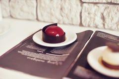 Γαστρονομικό επιδόρπιο σοκολάτας σε ένα εστιατόριο, καφές Μαγειρική, ένα βιβλίο των επιδορπίων, γλυκά στοκ εικόνα με δικαίωμα ελεύθερης χρήσης