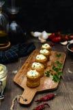 Γαστρονομικό πιάτο, ισπανικό ορεκτικό - τα bravas patatas εξυπηρέτησαν στον ξύλινο τέμνοντα πίνακα στοκ εικόνες