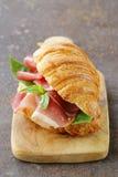 Γαστρονομικό σάντουιτς croissant με το ζαμπόν Στοκ Φωτογραφίες