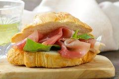 Γαστρονομικό σάντουιτς croissant με το ζαμπόν Στοκ Εικόνες