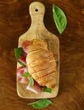 Γαστρονομικό σάντουιτς croissant με το ζαμπόν Στοκ Φωτογραφία