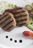 Γαστρονομικό ψημένο στη σχάρα beefburger με τις λαθραίες πατάτες 14close επάνω στον πυροβολισμό Στοκ εικόνες με δικαίωμα ελεύθερης χρήσης