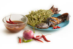 Γατόψαρο που ψήνεται στη σχάρα και που βράζεται neem με τη γλυκιά σάλτσα Στοκ Φωτογραφίες
