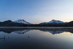 Γαλήνια άποψη του βουνού που απεικονίζεται στη λίμνη Στοκ φωτογραφία με δικαίωμα ελεύθερης χρήσης