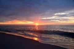 Γαλήνια ανατολή πέρα από τον ωκεανό στοκ εικόνα με δικαίωμα ελεύθερης χρήσης