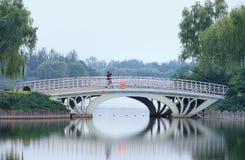 Γαλήνια ατμόσφαιρα στο πάρκο Niantan στο λυκόφως, Πεκίνο, Κίνα Στοκ εικόνα με δικαίωμα ελεύθερης χρήσης