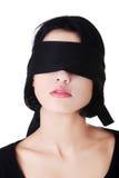 Γαλήνια γυναίκα με τη μαύρη ζώνη στα μάτια Στοκ Εικόνες