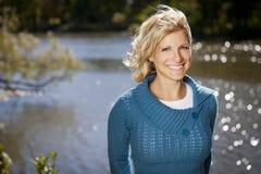 Γαλήνια γυναίκα που χαμογελά στη λίμνη Στοκ Φωτογραφίες