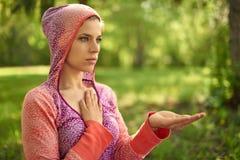 Γαλήνια και ειρηνική γυναίκα που ασκεί το προσεκτικό mindfulness συνειδητοποίησης με στη φύση στο ηλιοβασίλεμα Στοκ Εικόνα