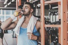 Γαλήνιο δοκιμάζοντας ποτό ατόμων κατά τη διάρκεια του workout Στοκ φωτογραφίες με δικαίωμα ελεύθερης χρήσης