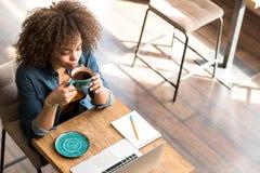 Γαλήνιο δοκιμάζοντας φλιτζάνι του καφέ κοριτσιών Στοκ Εικόνες