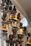 Γαλλία Παρίσι 02 25 2016/ Ποικιλία του ανθρώπινου είδους με τα διάφορα κεφάλια που εκτίθενται στο νέο μουσείο του Παρισιού του ατ Στοκ Φωτογραφία
