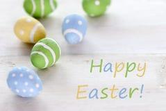 Γαλαζοπράσινα και κίτρινα αυγά Πάσχας με το αγγλικό κείμενο ευτυχές Πάσχα Στοκ φωτογραφίες με δικαίωμα ελεύθερης χρήσης
