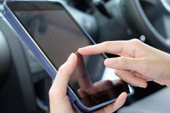 γαλαζωπή πολυτέλεια lap-top πληκτρολογίων εστίασης επιχειρησιακής έννοιας λεπτή κινητή πέρα από λευκό χροιάς τηλεφωνικής το εκλεκ Στοκ εικόνες με δικαίωμα ελεύθερης χρήσης