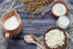 Γαλακτοκομικά προϊόντα: γάλα, τυρί εξοχικών σπιτιών, ξινή κρέμα Στοκ Εικόνες