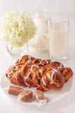 Γαλακτοκομικά προϊόντα, επιδόρπιο και λουλούδια Στοκ Εικόνα